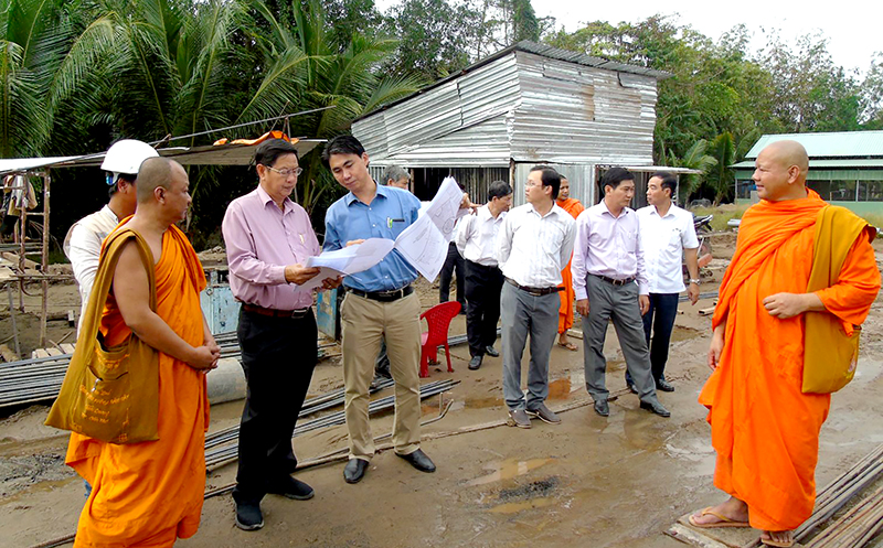 Đồng chí Lê Văn Tâm (thứ 3 từ trái sang) kiểm tra tiến độ xây dựng Học viện Phật giáo Nam tông Khmer. Ảnh: THANH THY
