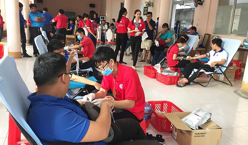 Đông đảo đoàn viên, thanh niên... tình nguyện hiến máu.
