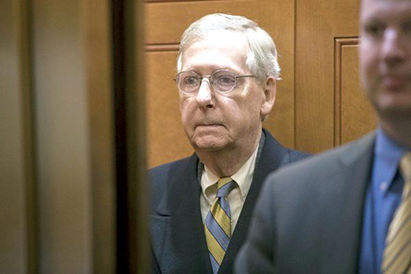 Nét buồn của thủ lĩnh đảng Cộng hòa Mitch McConnell tại Thượng viện Mỹ ngày 19-1. Ảnh: AP