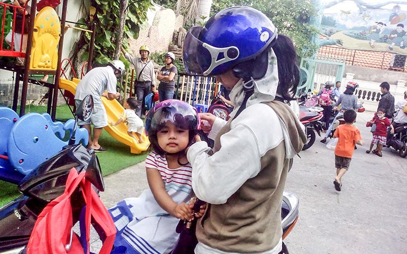 Thực hiện tốt quy định đội MBH cho bản thân và con trẻ để đảm bảo an toàn giao thông. Ảnh: KIỀU CHINH