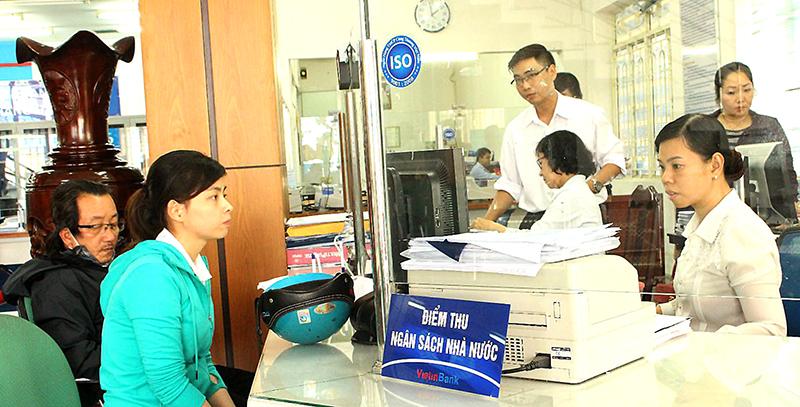Khách hàng thực hiện nộp NSNN tại Vietinbank Chi nhánh Cần Thơ. Ảnh: MINH HUYỀN