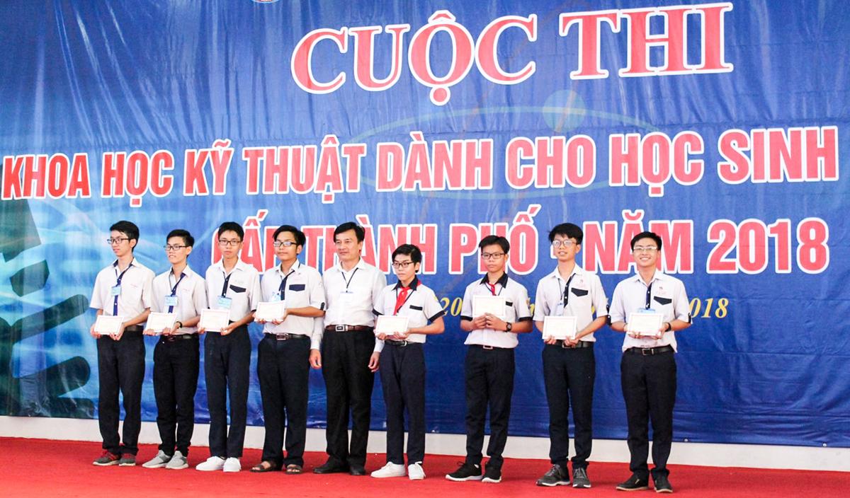 Ông Võ Minh Lợi, Phó Giámđốc Sở Giáo dục vàĐào tạo TP Cần Thơ trao thưởng cho các nhóm học sinhđoạt giải Nhất.