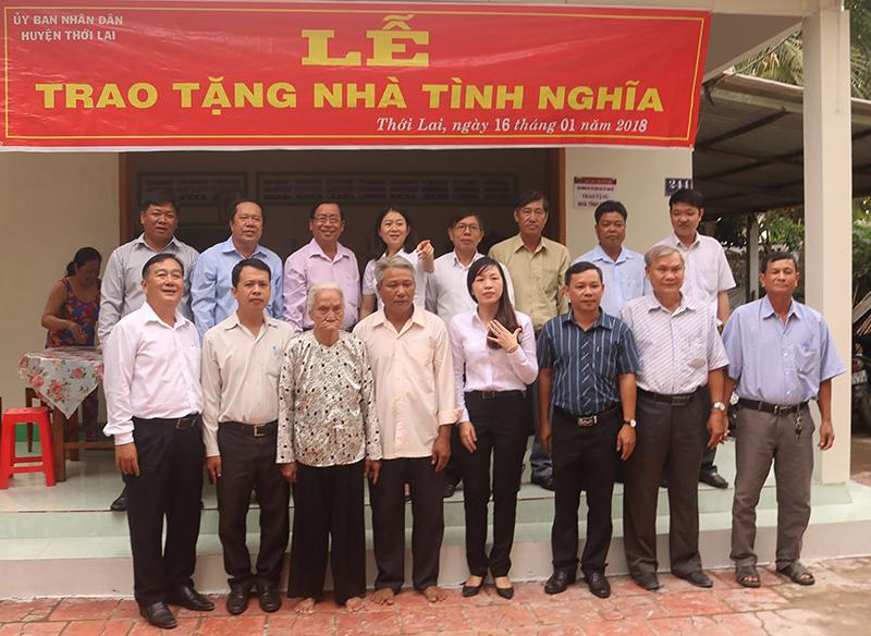 Các đại biểu chụp ảnh lưu niệm với gia đình bà Thảnh. Ảnh: CHẤN HƯNG