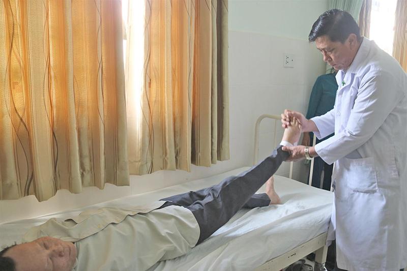 Bác sĩ Lê Dũng kiểm tra sức khỏe bệnh nhân sau phẫu thuật.