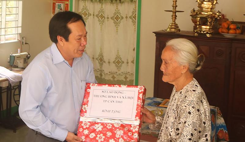 Lãnh đạo Sở Lao động - Thương binh và Xã hội TP Cần Thơ tặng quà cho bà Thảnh tại lễ bàn giao nhà tình nghĩa. Ảnh: CHẤN HƯNG