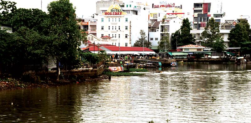 Rạch Cái Khế, quận Ninh Kiều, là nơi sẽ lắp đặt hệ thống thu gom rác thải. Ảnh: TUYẾT TRINH
