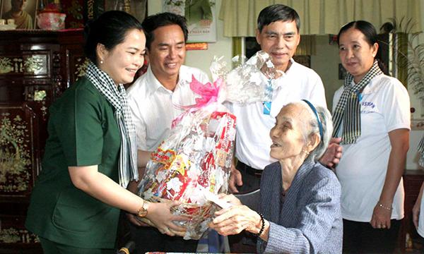 Bà Trần Hồng Thắm, Giám đốc Sở GD&ĐT thành phố cùng các thành viên trong đoàn thăm và tặng quà Mẹ Việt Nam Anh hùng Đỗ Thị Ba.