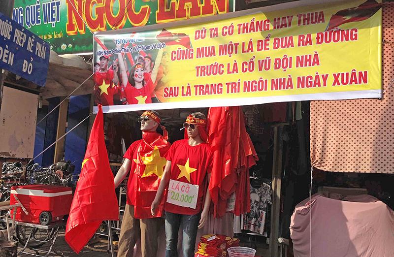 Một cửa hàng trên đường Mậu Thân bán các mặt hàng phục vụ người hâm mộ bóng đá cổ vũ cho đội U23 Việt Nam. Ảnh: ĐĂNG HUỲNH