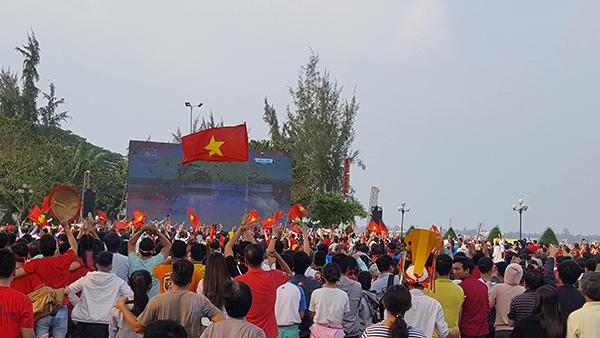 Vỡ òa khi Quang Hải ghi bàn thắng gỡ hòa 1-1