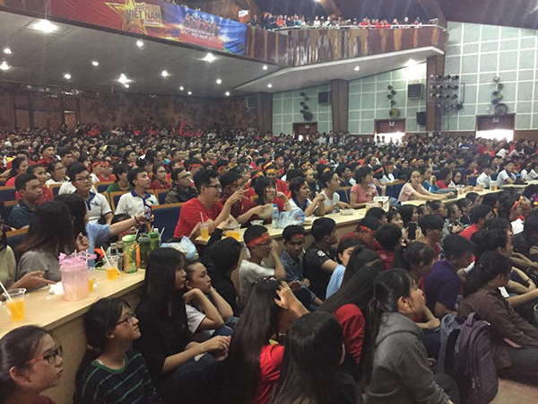 Hàng ngàn cổ động viên dõi theo từng đường bóng trong Hội trường Trường Đại học Cần Thơ.