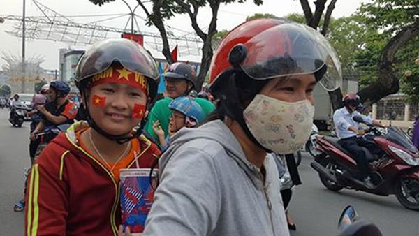 Một cổ động viên theo mẹ cổ vũ cho U23 Việt Nam.
