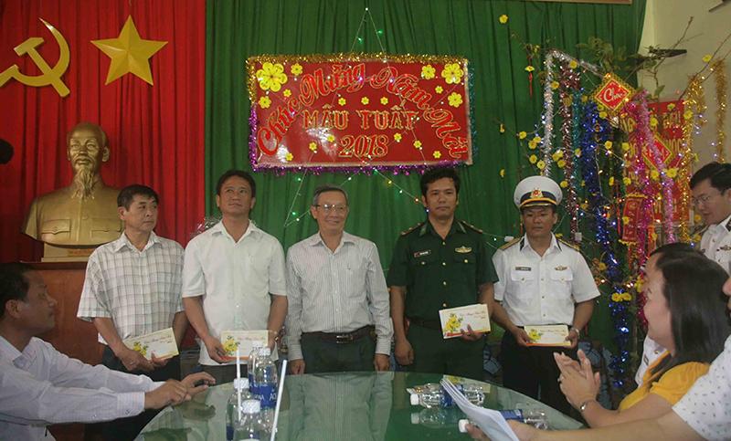 Đại diện Đoàn cán bộ TP Cần Thơ thăm và tặng quà Tết cho cán bộ, chiến sĩ và nhân dân trên đảo Nam Du, huyện Kiên Hải, tỉnh Kiên Giang. Ảnh: Q. THÁI