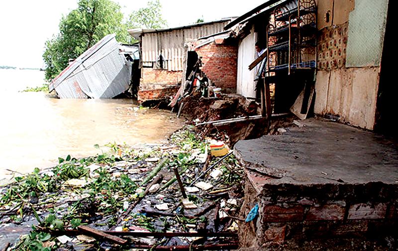 Hiện trường vụ sạt lở nhà dân cặp bờ sông Hậu tại phường Thành Phước, thị xã Bình Minh (tỉnh Vĩnh Long). Ảnh: HÀ VĂN