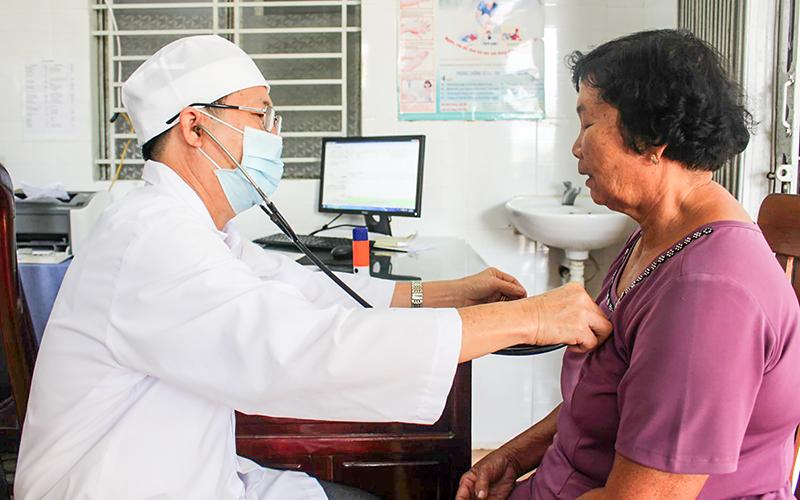Cán bộ trạm y tế ở huyện Thới Lai, TP Cần Thơ, khám bệnh cho người dân. Ảnh: THU SƯƠNG