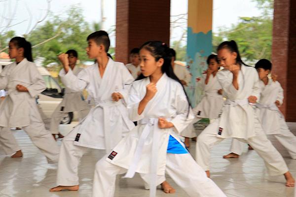 Các VĐV tập luyện tại CLB karatedo Trường THCS Thường Thạnh. Ảnh: NGUYỄN MINH
