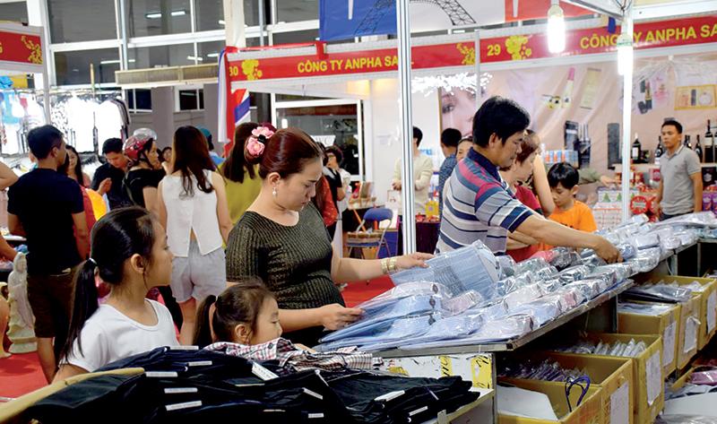 Hội chợ thu hút đông đảo người tiêu dùng tham quan, mua sắm. Ảnh: T. TRINH