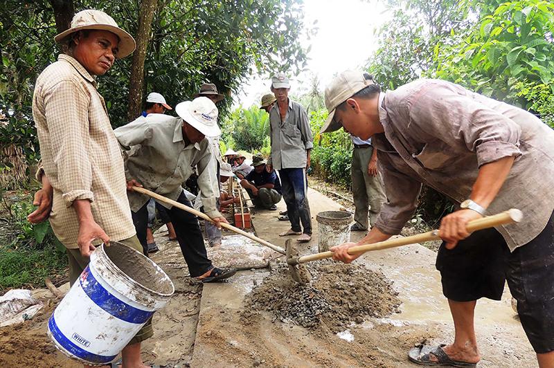 Người dân huyện Vĩnh Thạnh tham gia làm đường giao thông nông thôn. Ảnh: MỸ THANH