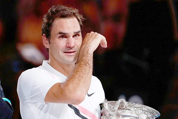 Federer khóc khi nhận cúp vô địch.