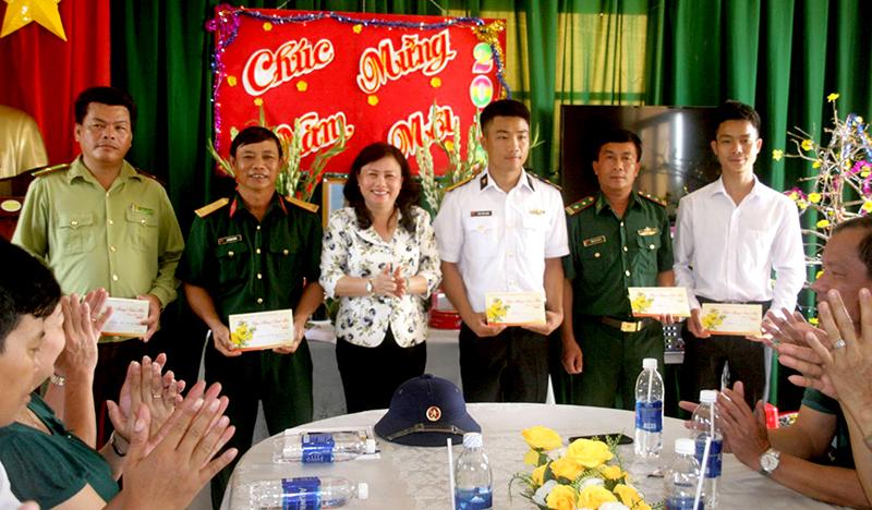 Đồng chí Nguyễn Phương Thủy, Phó ban Pháp chế, HĐND TP Cần Thơ thăm và tặng quà Tết các đơn vị đóng trên đảo Hòn Khoai. Ảnh: Q. THÁI