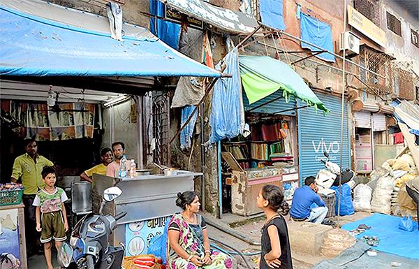 """Lối vào """"khách sạn"""" của anh Sansi ở một khu ổ chuột. Ảnh: storypick.com"""