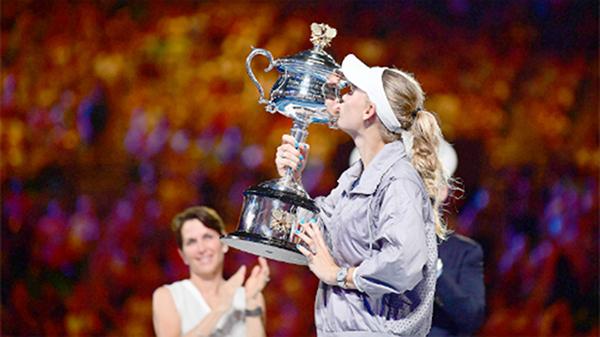 Wozniacki hôn cúp vô địch. Ảnh: Tennis Australia.