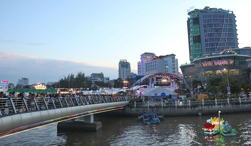 Khu vực cầu đi bộ và bến Ninh Kiều là địa điểm lý tưởng để ngắm pháo hoa. Ảnh: DUY KHÔI