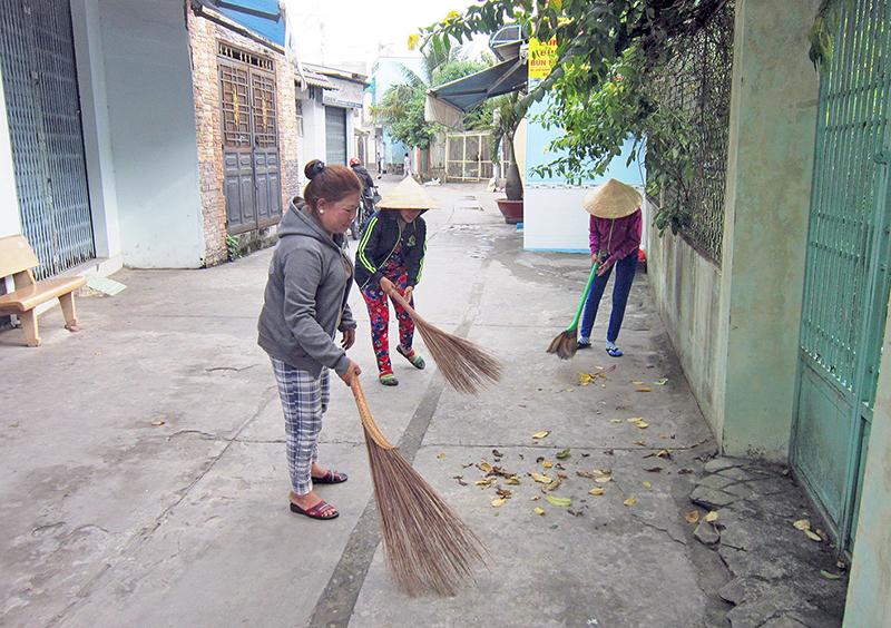Bà con ở hẻm 1 đường Hoàng Văn Thụ quét dọn đường sá mỗi ngày để giữ gìn vẻ mỹ quan chung. Ảnh: CÁT ĐẰNG
