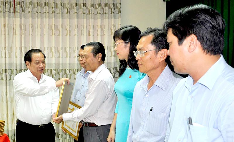 Đồng chí Trần Quốc Trung, Ủy viên Trung ương Đảng, Bí thư Thành ủy trao Giấy khen cho các tổ chức cơ sở đảng thuộc Đảng bộ Khối Cơ quan Dân Chính Đảng thành phố đạt trong sạch vững mạnh tiêu biểu năm 2017.