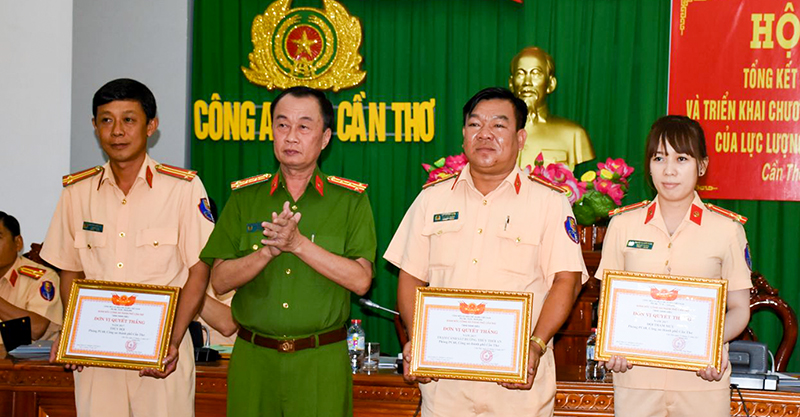 Đại tá Huỳnh Đấu Tranh, Phó Giám đốc Công an TP Cần Thơ tặng Giấy khen của Ban Giám đốc Công an thành phố cho các tập thể đạt danh hiệu đơn vị quyết thắng. Ảnh: XUÂN ĐÀO