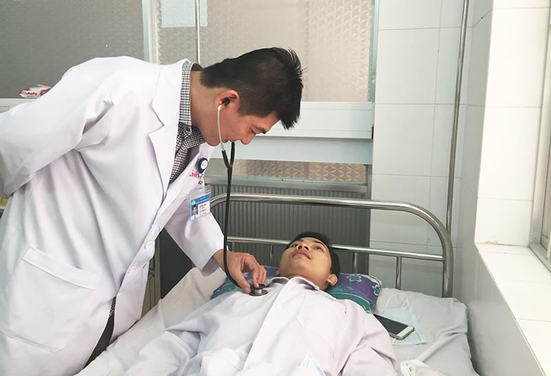 Bác sĩ Lâm Việt Triều khám bệnh cho bệnh nhân. Ảnh: H.HOA