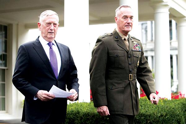 Bộ trưởng Quốc phòng Mỹ Mattis (trái) và Chủ tịch Hội đồng Tham mưu trưởng liên quân Dunford tại Nhà Trắng. Ảnh: NY Times