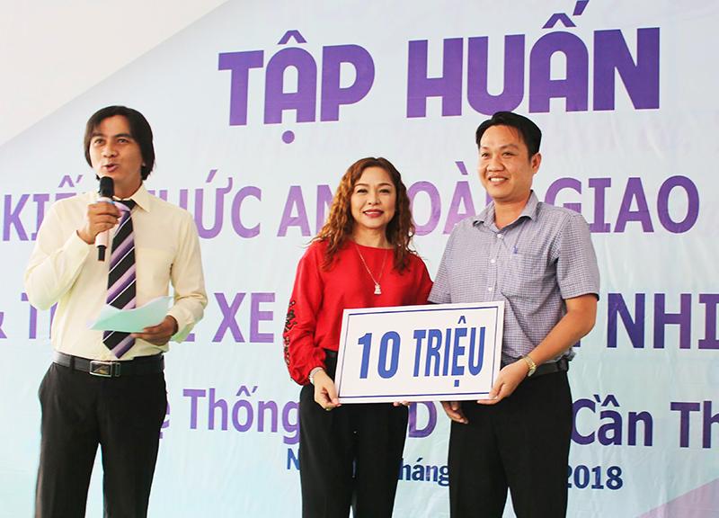 Bà Trần Thị Minh Trang, Giám đốc HEAD Honda Hóa, trao tặng 10 triệu đồng cho đại diện UBMTTQVN quận Ninh Kiều chăm lo cho hộ nghèo. Ảnh: HÀ VĂN