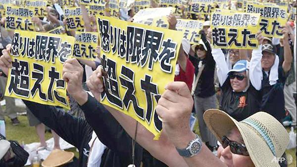 Người dân Okinawa trong một cuộc biểu tình phản đối căn cứ Futenma. Ảnh: AFP