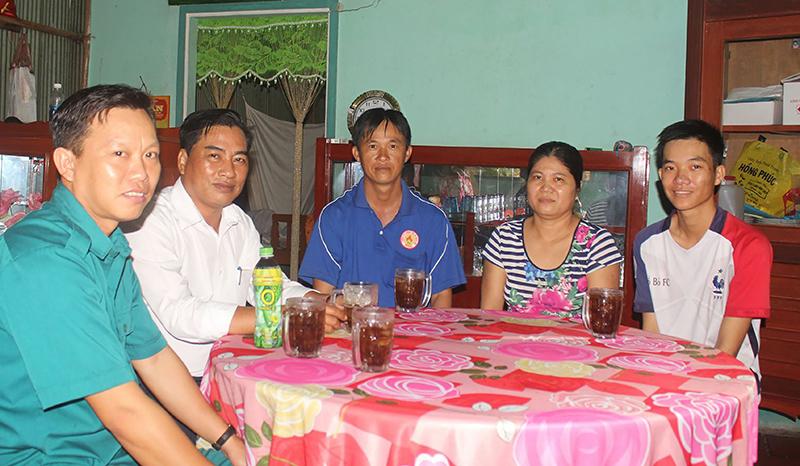 Em Nguyễn Khánh Tuấn (bìa phải), ở phường Thới Long, là một trong những thanh niên sớm viết đơn tình nguyện nhập ngũ. Ảnh: CHUNG CƯỜNG