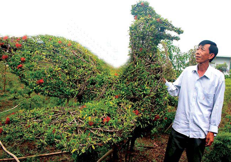 Sản phẩm kiểng thú được tạo hình từ cây bông trang của anh nông dân Lê Tấn Hải, 45 tuổi ở quận Thốt Nốt. Ảnh: KHÁNH TRUNG