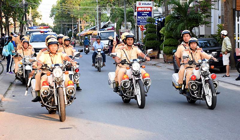 Lực lượng Cảnh sát giao thông Công an quận Ninh Kiều tham gia diễu hành qua các tuyến đường trên địa bàn quận.