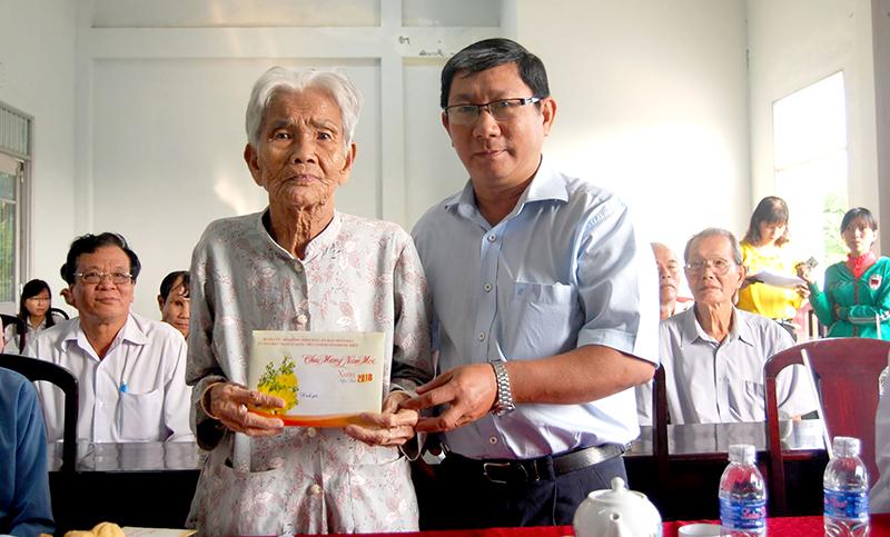 Ông Nguyễn Quang Nghị, Bí thư Huyện ủy Phong Điền, thăm hỏi và trao quà Mẹ Việt Nam Anh hùng. Ảnh: TUYẾT NHUNG