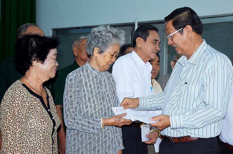 Đồng chí Lê Văn Tâm tặng quà các nhân chứng lịch sử Cuộc Tổng tiến công và nổi dậy Xuân Mậu Thân 1968. Ảnh: XUÂN ĐÀO