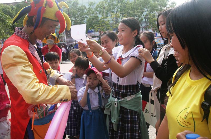 Nhiều em nhỏ thích thú xem biểu diễn ảo thuật và tạo hình bong bóng.