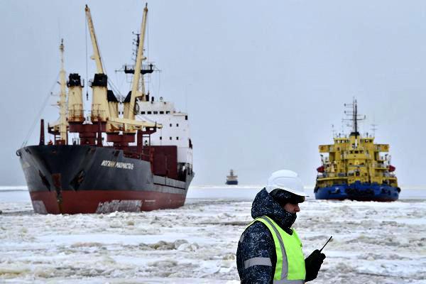 Hai tàu phá băng của Nga hoạt động tại Bắc Cực. Ảnh: AFP