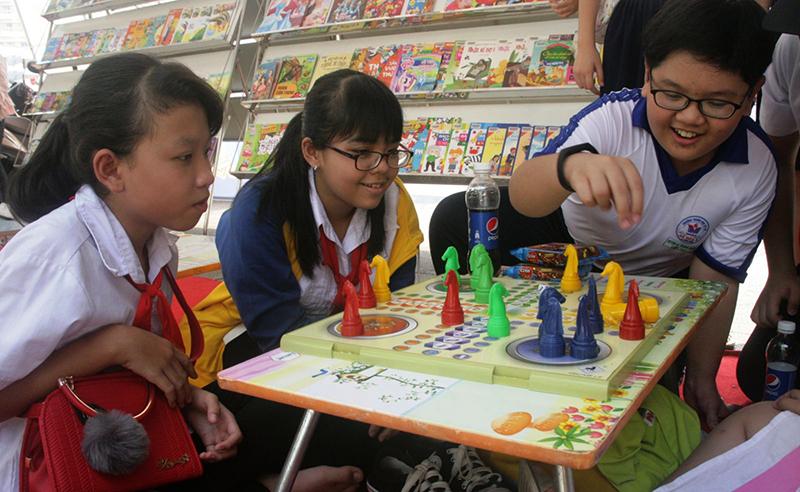 Nhiều sân chơi giúp trẻ phát huy năng khiếu, sở trường. Trong ảnh: Các bạn nhỏ tranh tài môn cờ vua.