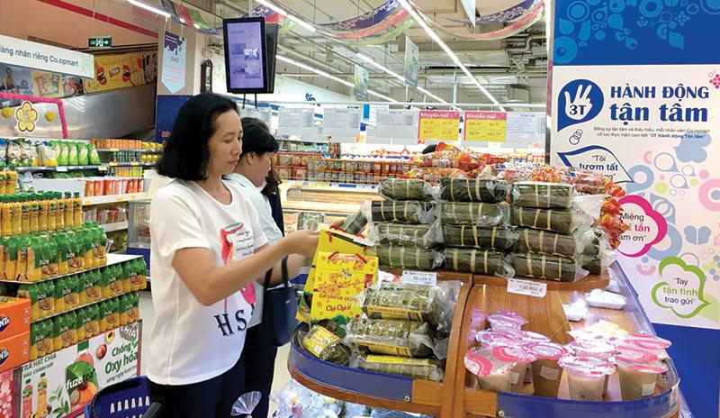 Khách hàng chọn mua hàng đặc sản tại Siêu thị Co.opmart Cần Thơ. Ảnh: KHÁNH NAM