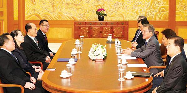Phái đoàn Tổng thống Hàn Quốc Moon Jae-in (hàng bên phải) tiếp chuyện phái đoàn Triều Tiên (hàng bên trái) tại Nhà Xanh hôm 10-2. Ảnh: Reuters
