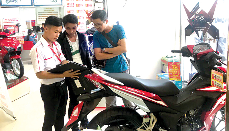 Khách hàng tham quan, mua sắm tại HEAD Hồng Đức 1, quận Ninh Kiều. Ảnh: T. TRINH