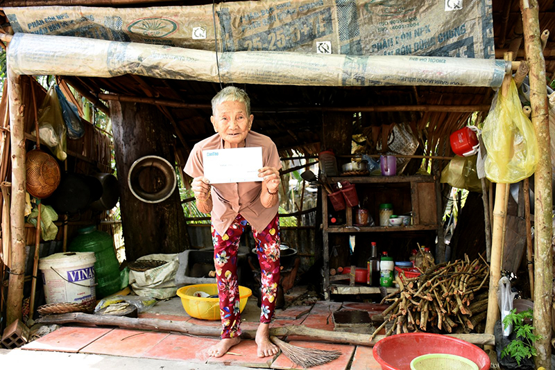 Bà Huỳnh Thị Ký rất vui khi nhận tiền của bạn đọc Báo Cần Thơ gởi giúp. Ảnh: X.Đ