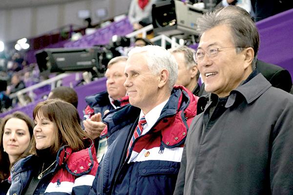 Vợ chồng Phó Tổng thống Mỹ (trái) dự khán buổi biểu diễn trượt băng bên cạnh Tổng thống Moon tại lễ khai mạc Olympics PyeongChang 2018. Ảnh: Getty Images