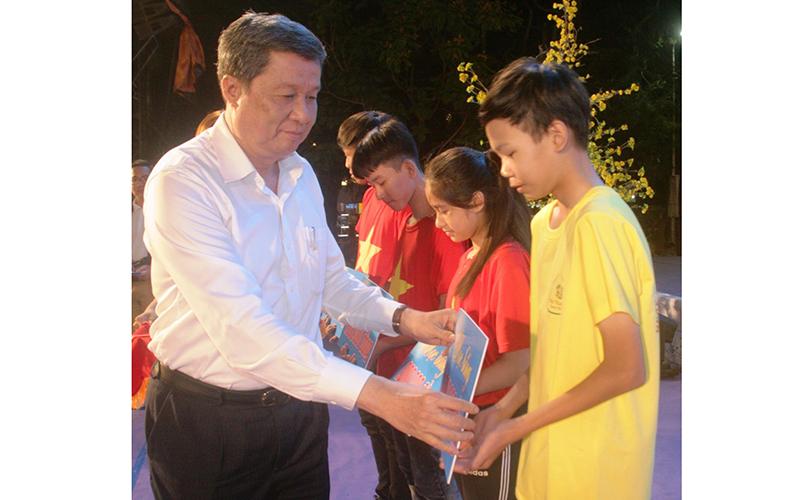 Đồng chí Phạm Văn Hiểu, Phó Bí thư Thường trực Thành ủy, Chủ tịch HĐND TP Cần Thơ trao học bổng cho các em học sinh vượt khó học tốt.