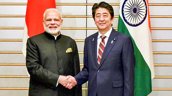 Thủ tướng Nhật Bản Shinzo Abe (phải) và người đồng cấp Ấn Độ Narendra Modi trong một cuộc gặp hồi tháng 9-2017. Ảnh: AP