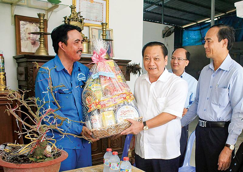 Bí Thư Thành ủy Cần Thơ Trần Quốc Trung tặng quà cho gia đình anh Nguyễn Minh Hiền ở quận Cái Răng. Ảnh: KHÁNH TRUNG