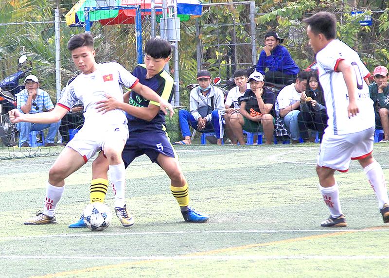 Thi đấu trận chung kết bóng đá nam THPT giữa đội Thuận Hưng (áo sáng) và Thới Lai. Ảnh: NGUYỄN MINH